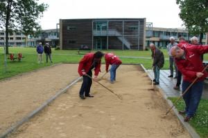 Als laatste kwam de jeu de boules baan bij het Lelypark in Wieringerwerf aan de beurt. Deze had een nog een toplaag nodig die al jaren was beloofd. Dus heeft de PvdA-afdeling de schop en hark maar ter hand genomen.