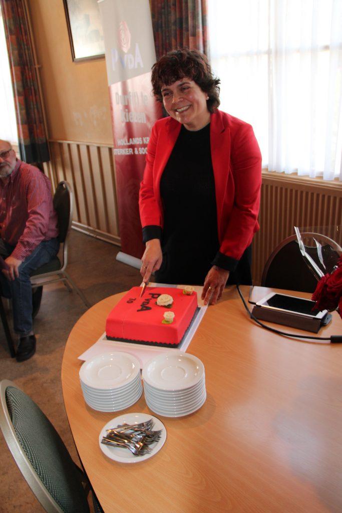 PvdA taart aansnijden